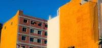 Imagen de dos edificios con poliuretano proyectado en medianeras